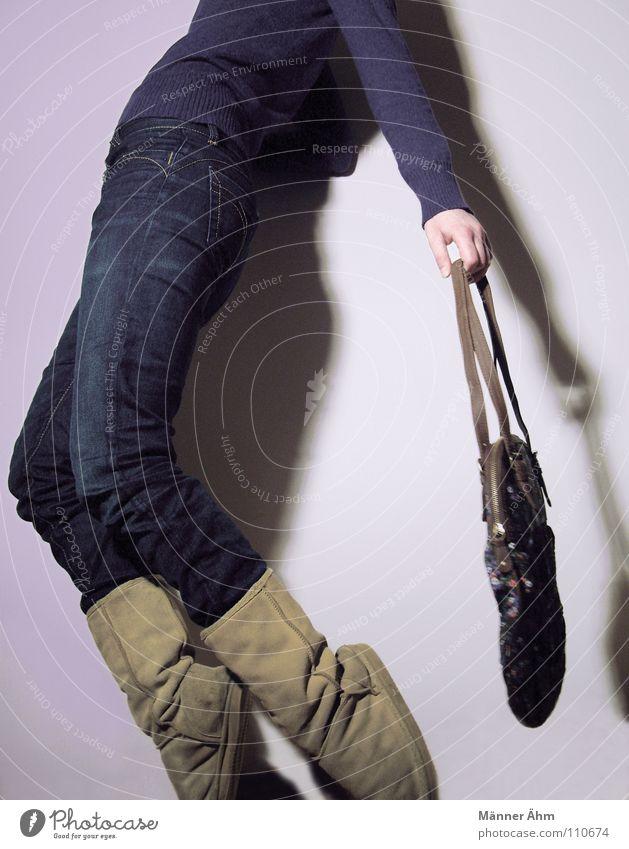 To beat about the bush... Mensch Frau ruhig Wand Schuhe gehen laufen Bekleidung T-Shirt Körperhaltung Rasen festhalten Hose Stiefel leicht Tasche