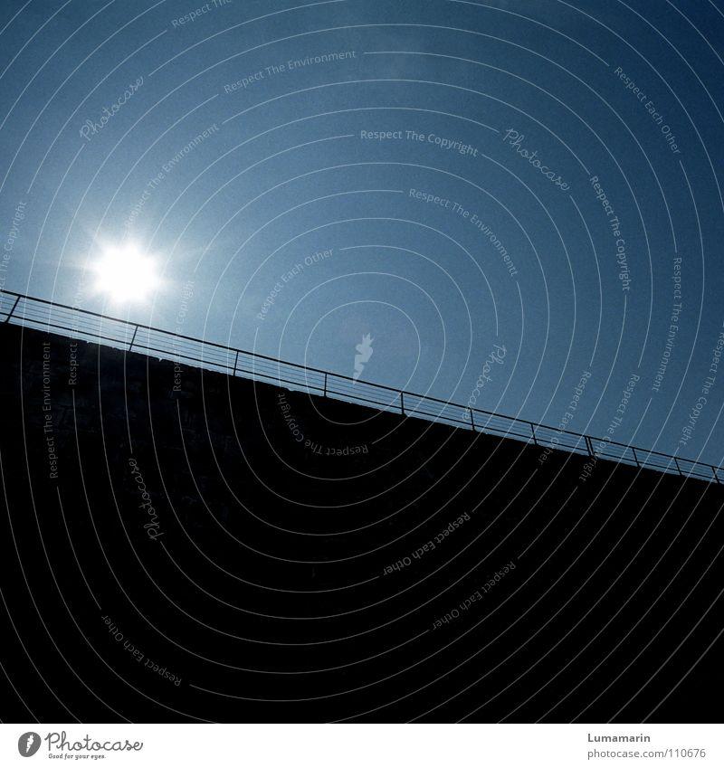 Lichtblick Himmel weiß blau Sonne schwarz dunkel Wand Traurigkeit Mauer Linie Kraft glänzend Kraft Ecke Hoffnung Trauer