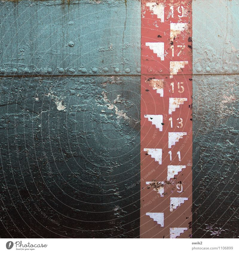 Spielraum Schifffahrt Containerschiff Metall Zeichen Ziffern & Zahlen Skala alt trashig blau rot schwarz weiß Vergänglichkeit Blech Bordwand Abnutzung Farbfoto