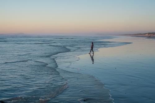 358 Mensch Natur Ferien & Urlaub & Reisen Wasser Erholung Meer Landschaft Strand Ferne Leben Traurigkeit Freiheit Tourismus frei Perspektive laufen