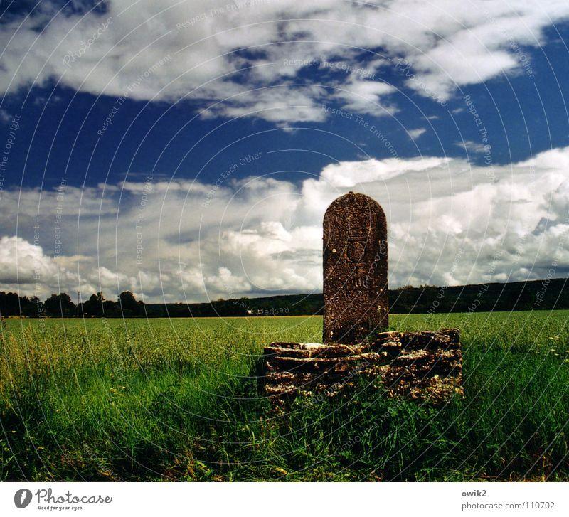 Royale Wegmarke Himmel Natur alt Pflanze Landschaft Wolken Umwelt Wiese Gras Stein Horizont Verkehr Idylle Schilder & Markierungen Klima Hinweisschild