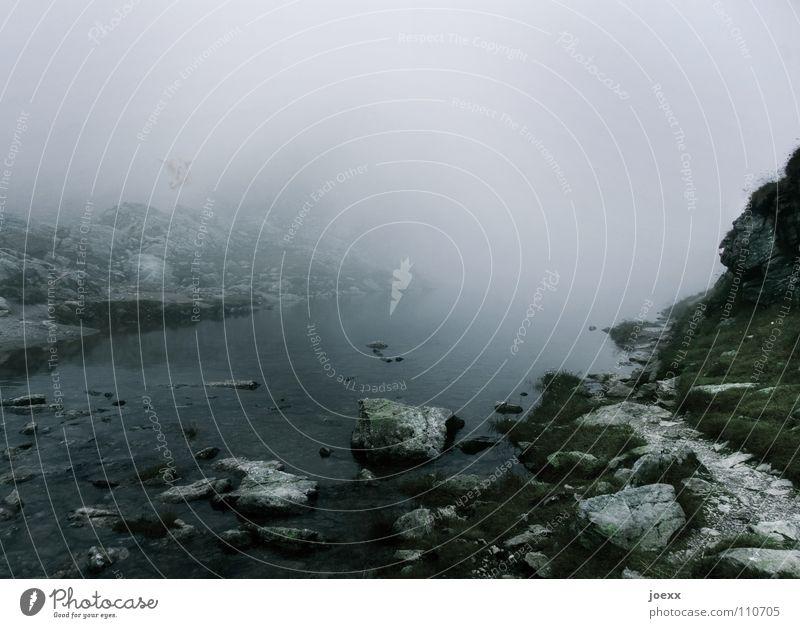 Sherlock Holmes und das Geheimnis des schwarzen Sees Bach Felsen frieren gefährlich geheimnisvoll Gras Herbst kalt Nebelbank Nebelwand unklar Schüchternheit