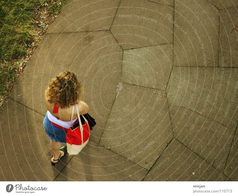 Frau ohne Hund Frau Mädchen oben Garten Wege & Pfade Linie Park Freizeit & Hobby blond gehen warten laufen wandern stehen Bodenbelag Spaziergang