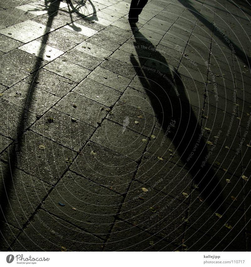 turn around Mensch Mann schwarz Stein Arbeit & Erwerbstätigkeit Fahrrad laufen mehrere Spaziergang Schnur Laterne Bürgersteig Schüler Straßenbelag anonym falsch