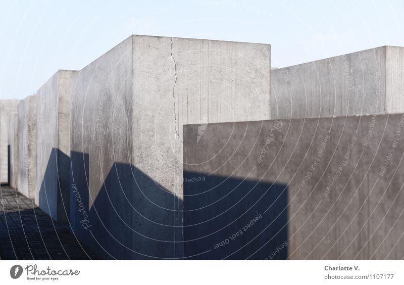 Schatten der Vergangenheit Himmel blau Architektur Berlin grau Deutschland ästhetisch groß Beton Ecke Europa einfach Schönes Wetter Vergangenheit Denkmal Hauptstadt