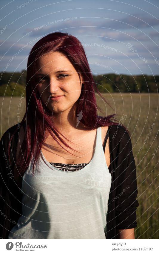 warm feminin Junge Frau Jugendliche Erwachsene 1 Mensch 13-18 Jahre Kind 18-30 Jahre Schönes Wetter Mode T-Shirt Haare & Frisuren rothaarig langhaarig Scheitel