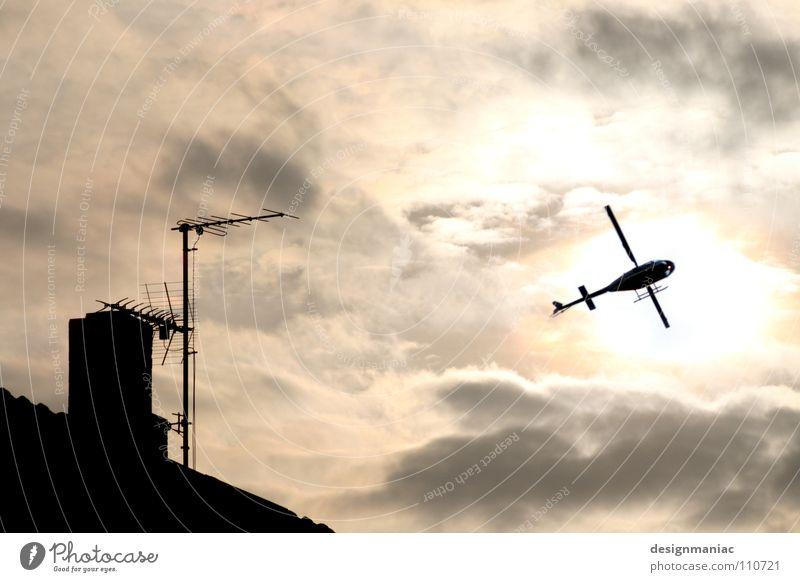 Extreme Schräglage Hubschrauber Dach Radio Antenne Wolken rosa grau schwarz Gegenlicht Silhouette blenden Flugzeug Insekt steigen Fluggerät Libelle Armee
