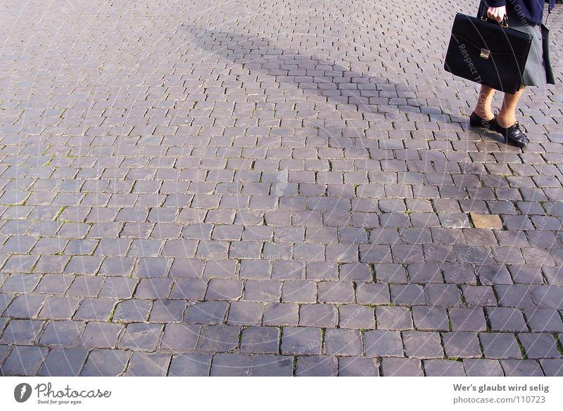 Finde den Zauberstein Frau Mensch alt schwarz Einsamkeit gelb Herbst Freiheit grau Stein Schuhe Beine warten klein gold leer