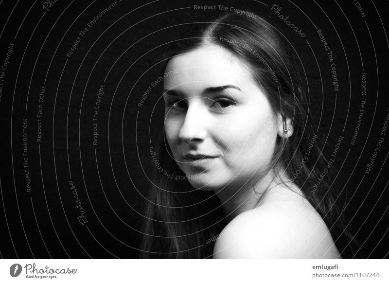 Schulterblick Körper Gesicht feminin Junge Frau Jugendliche Haut nackt Wahrheit Ehrlichkeit schön Schwarzweißfoto Blitzlichtaufnahme Porträt Blick in die Kamera