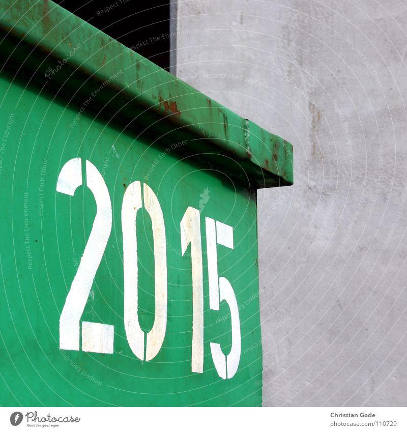 20:15 weiß grün Arbeit & Erwerbstätigkeit Beton Ecke Ziffern & Zahlen Parkplatz Container