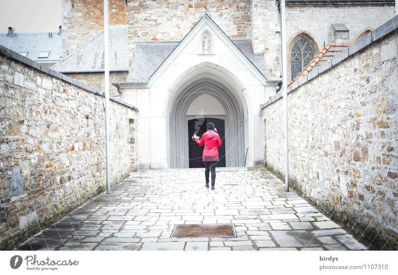 Kirchgang feminin Frau Erwachsene 1 Mensch Altstadt Kirche Mauer Wand Tür gehen frisch hell lang grau rot weiß Vertrauen ästhetisch Bewegung Entschlossenheit