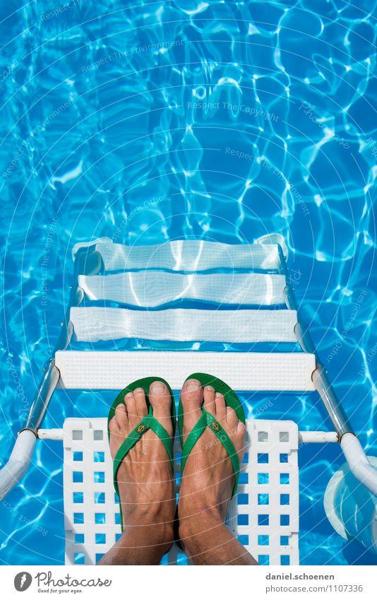 ich sag nur 38 Grad Freizeit & Hobby Ferien & Urlaub & Reisen Tourismus Sommer Sommerurlaub Sonne Sonnenbad Fuß 1 Mensch Wasser Treppe Flipflops Erholung blau