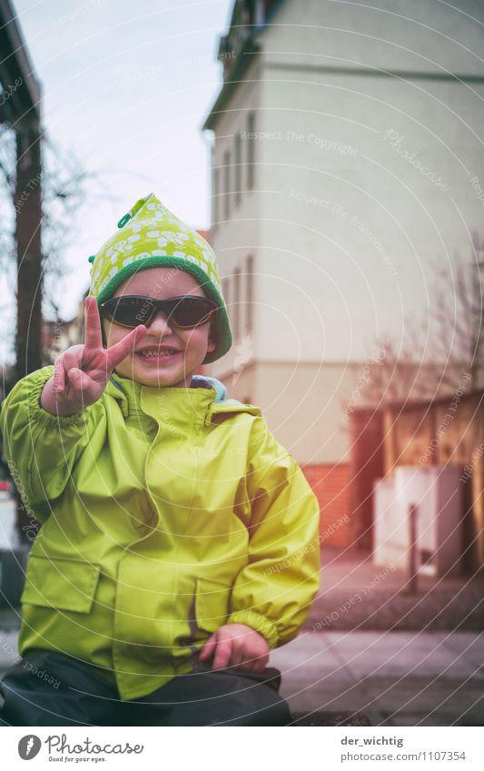 V Spielen maskulin Kind Junge Kindheit Hand Finger 1 Mensch 3-8 Jahre Frühling Deutschland Europa Stadt Stadtzentrum Haus Spielplatz Sonnenbrille Regenjacke