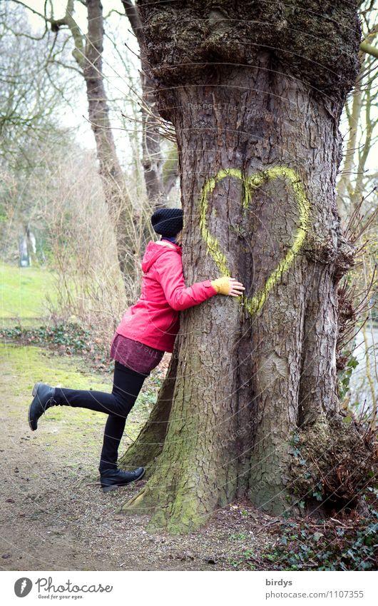 Es muß Liebe sein Junge Frau Jugendliche Erwachsene 1 Mensch 30-45 Jahre Baum Park Herz Zeichen berühren Umarmen authentisch Freundlichkeit Zusammensein