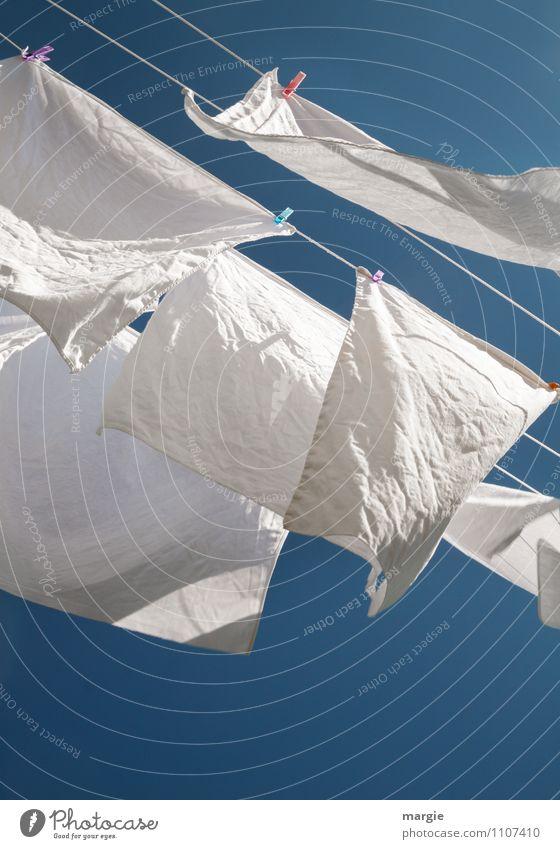Wäsche im Wind II Himmel blau weiß Sonne Luft frisch Energie Klima Schönes Wetter Sauberkeit Reinigen trocken Wolkenloser Himmel hängen Wäsche waschen