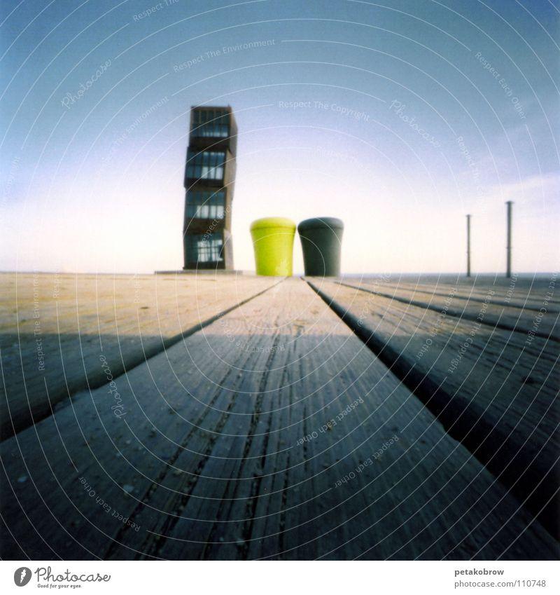 LochbildBCN01 Barcelona Strand Müllbehälter Kunst Kultur Lovhbild Lochkamera Barceloneta Rebecca Horn Homage to Barceloneta Kiosk Meeresfrüchte