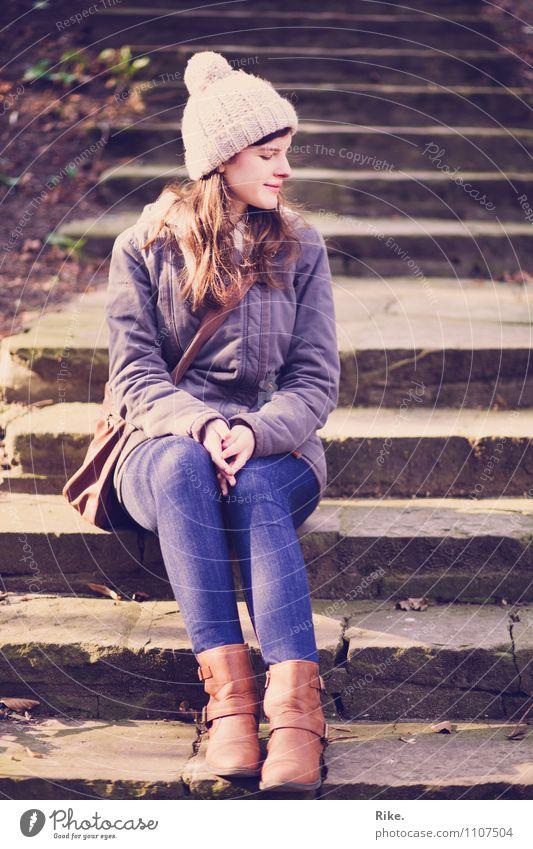 Der Herbst ist da. Lifestyle Ferien & Urlaub & Reisen Ausflug Mensch feminin Junge Frau Jugendliche Erwachsene 1 18-30 Jahre Winter Mütze brünett Denken