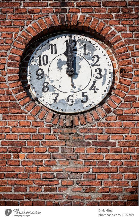 Mittag! rot Wand Senior Gebäude Mauer Fassade Uhr Kirche Vergänglichkeit Kultur Zeichen Wandel & Veränderung rund Turm Ewigkeit Ziffern & Zahlen