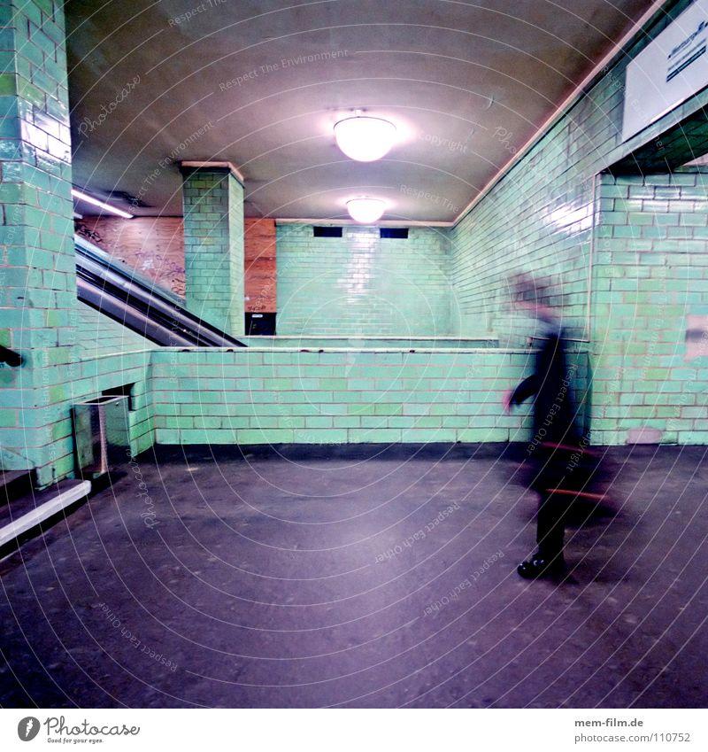 untergrund 3 Mann Stadt Berlin Bewegung Angst Fliesen u. Kacheln U-Bahn Stress Panik Neonlicht Mitarbeiter Personenverkehr Koffer Untergrund unterirdisch