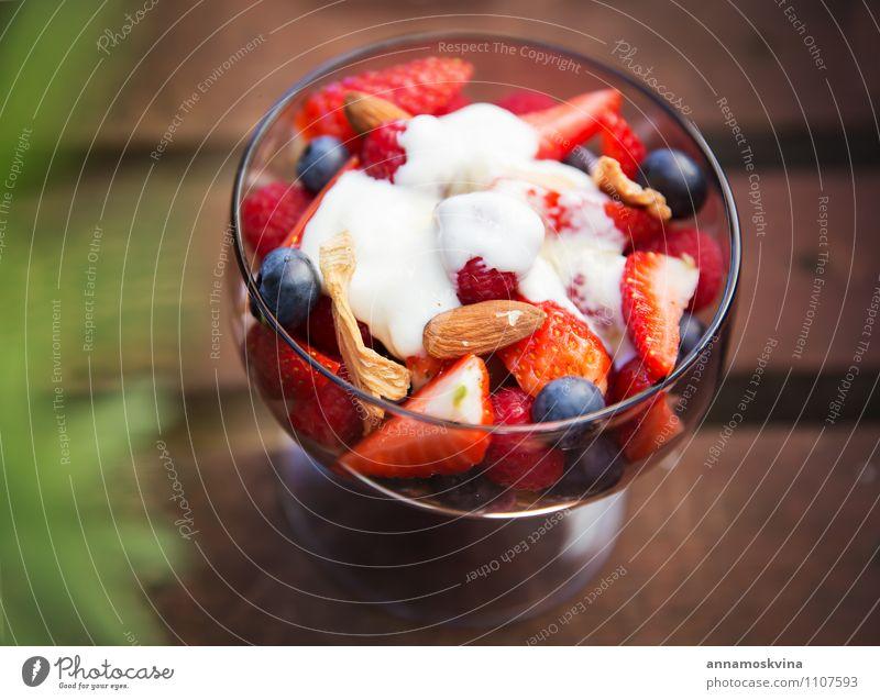 Frischer Joghurt mit Früchten und Müsli zum Frühstück Frucht Dessert Ernährung Essen Diät Schalen & Schüsseln frisch rot weiß Gesundheit Salatbeilage