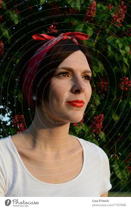 rote lippen Mensch Natur Jugendliche Baum Junge Frau Blatt 18-30 Jahre Erwachsene feminin Blüte Gesundheit Mode Zufriedenheit ästhetisch Lächeln