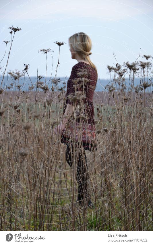 versteckt! feminin Junge Frau Jugendliche Erwachsene 1 Mensch 18-30 Jahre Natur Sträucher Wiese Feld Mode Kleid blond langhaarig beobachten Erholung genießen