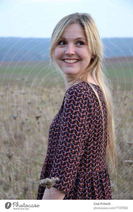 Frau - blond - lange Haare - Kleid feminin Junge Frau Jugendliche Erwachsene 1 Mensch 18-30 Jahre Wiese Feld langhaarig lachen Blick ästhetisch Freundlichkeit