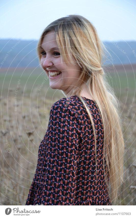 sweetheart2 feminin Junge Frau Jugendliche Erwachsene Haare & Frisuren Gesicht 1 Mensch 18-30 Jahre Feld blond langhaarig genießen lachen leuchten ästhetisch