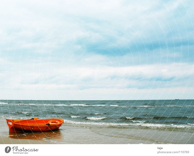 Drei kurz, drei lang, drei kurz Meer Leidenschaft Wasserfahrzeug orange rot Rettung Sicherheit Beiboot Strand Himmel blau Wolken Paddel Ruder Holz Rettungsring