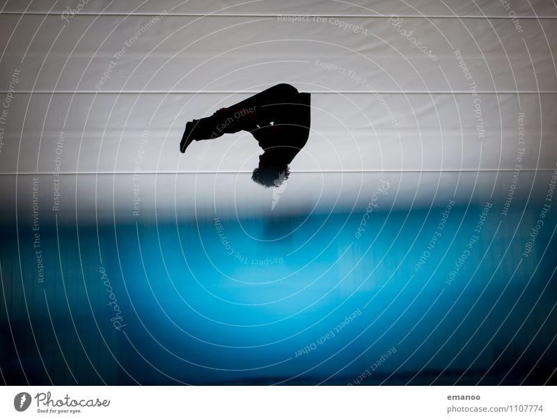 above blue Mensch Jugendliche Mann blau Freude Erwachsene Bewegung Sport fliegen oben springen Lifestyle Freizeit & Hobby Kraft Körper Fitness