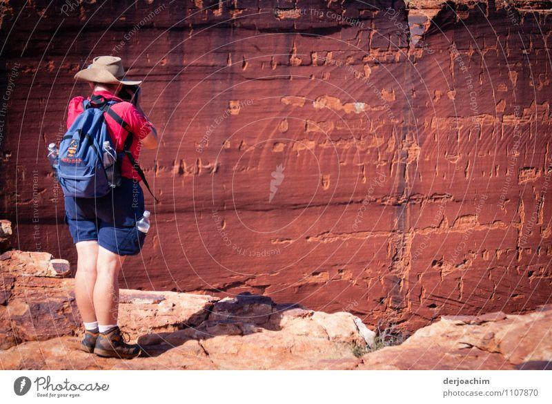 look out Mensch Frau Natur Sommer rot ruhig Freude Erwachsene Wand feminin Mauer außergewöhnlich Stein leuchten Erde 45-60 Jahre