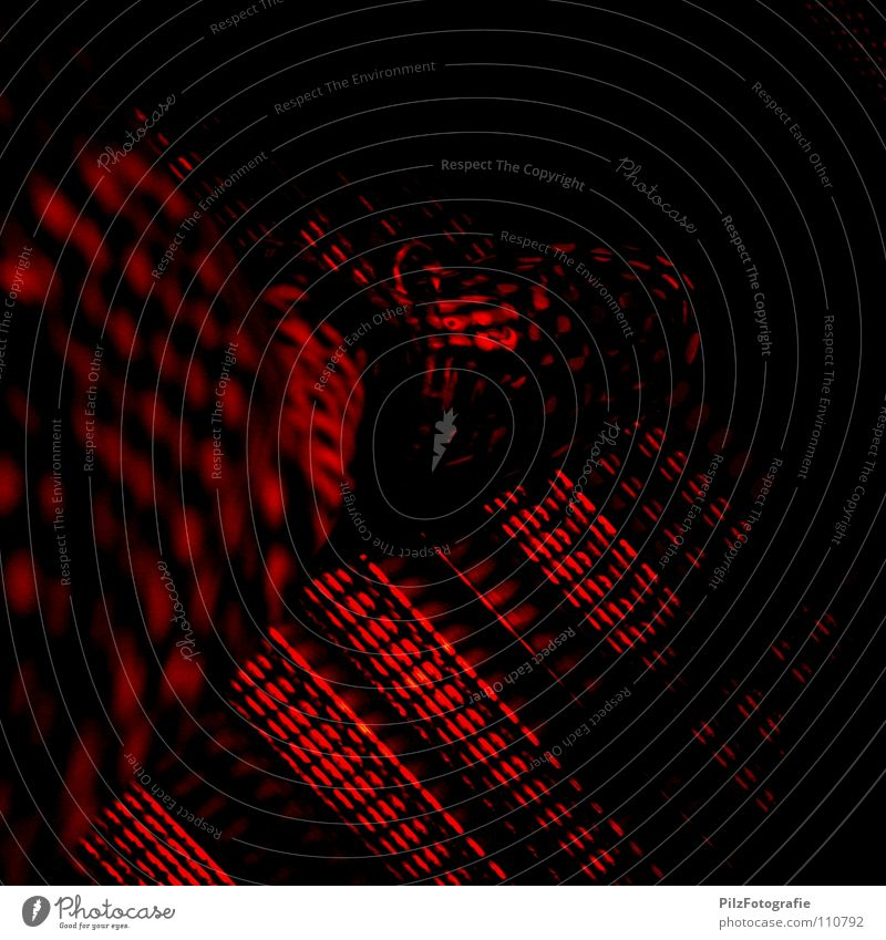 Alarmstufe Rot rot Schuhe Barriere Muster gefährlich Absperrgitter Licht gefangen flüchten Hose Konzert Bekleidung Angst Panik Lampe Schatten bedrohlich Ampel