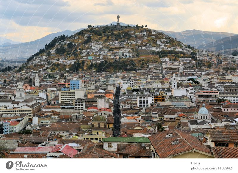 Panecillo hill over Quito's cityscape in Ecuador Ferien & Urlaub & Reisen Stadt Religion & Glaube Business Stadtzentrum Cotopaxi