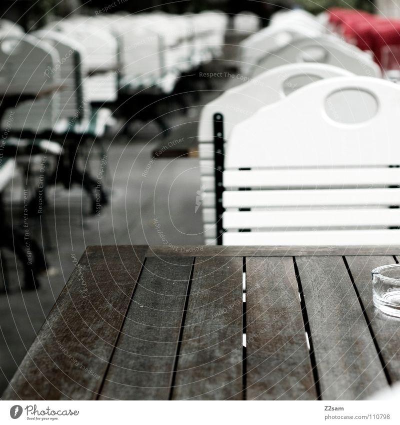 nix los Holz Tisch leer Stuhl München Gastronomie Café Reihe Aschenbecher Straßencafé Holztisch hintereinander