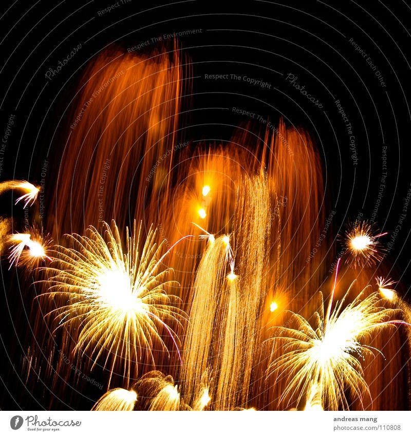 Goldener Regen Brand Strahlung Explosion Licht dunkel schwarz Nacht Streifen gelb Silvester u. Neujahr Party schön grell brennen Feuerwerk hell light dark night