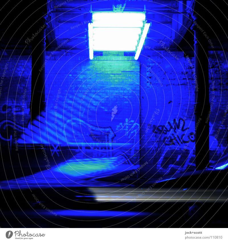 Blau machen im Tunnel Wand Graffiti Streifen Bewegung Coolness einzigartig modern Geschwindigkeit blau Stimmung Einigkeit Kunst Surrealismus Lichtinstallation