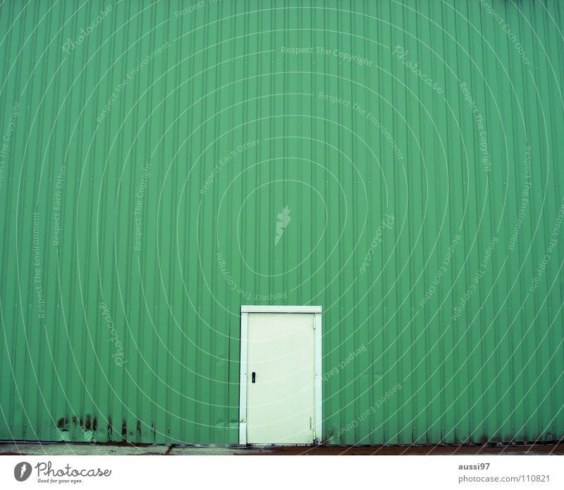 The lost door strikes back grün Haus Einsamkeit Tür geschlossen Industrie Werkstatt Eingang Lagerhalle urinieren Fabrikhalle Gewerbegebiet verbarrikadiert
