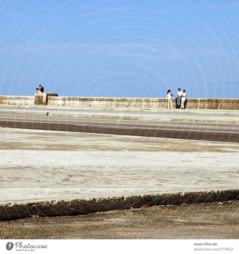 malecon Strand Freude Erholung Straße Spielen Küste Menschengruppe Mauer Freizeit & Hobby Beton Armut trist Denkmal Verkehrswege Lebensfreude Wahrzeichen
