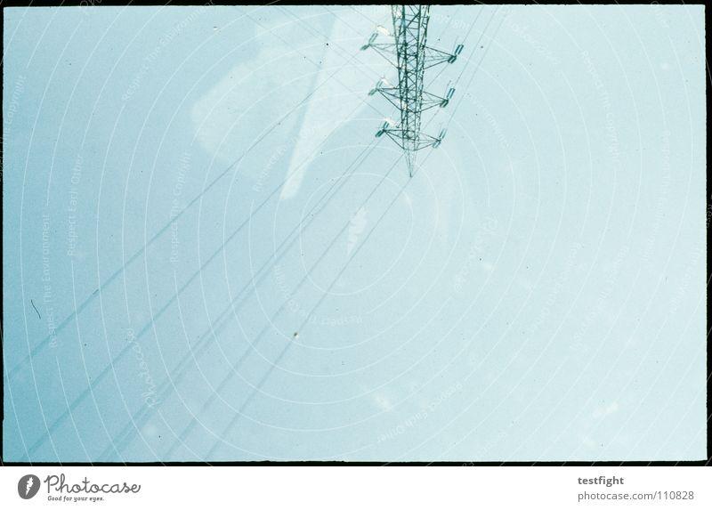 inside Kabel Elektrizität auf dem Kopf Reflexion & Spiegelung Himmel Autobahn Bewegungsunschärfe körnig Industrie wire blau aus dem fenster power supply sky