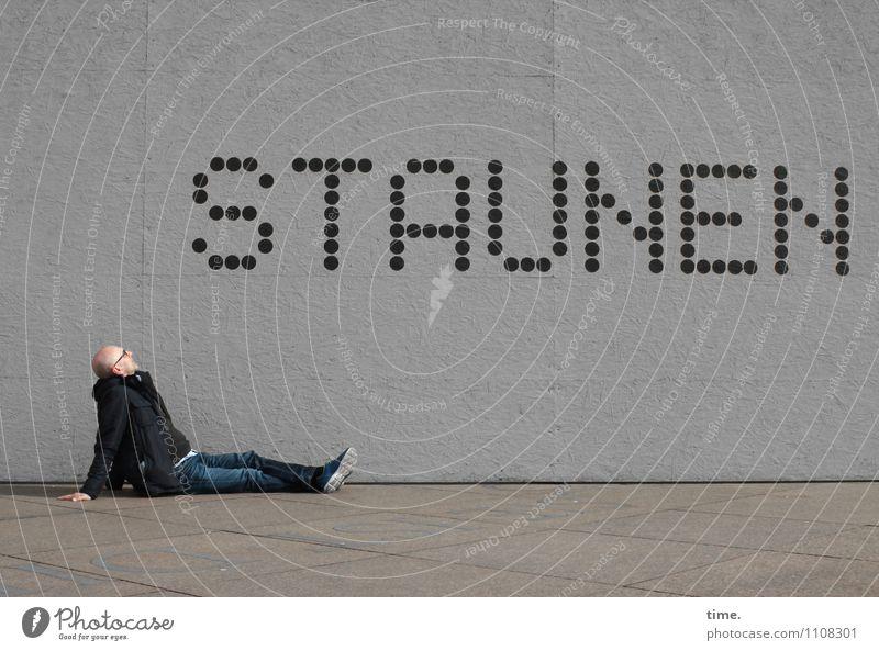 punktuell Mensch Mann Stadt Erholung Ferne Erwachsene Wand Wege & Pfade Mauer Zeit Stimmung maskulin Freizeit & Hobby Design sitzen Schuhe