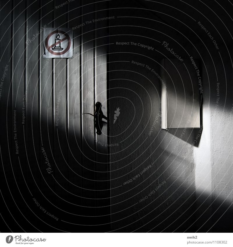Warnung Mauer Wand Tür dunkel Sicherungskasten Griff Lichteinfall Warnschild Symbole & Metaphern Kerze Verbotsschild Verbote Farbfoto Gedeckte Farben