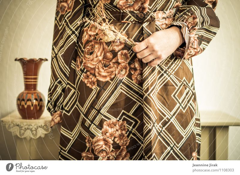 Interieur Mensch Frau Jugendliche Hand 18-30 Jahre Erwachsene feminin braun Mode Zufriedenheit stehen Arme Idee Kleid Kitsch festhalten