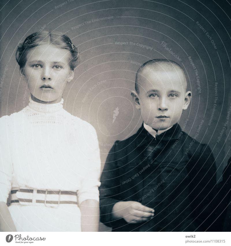 Geschwister Mädchen Junge 2 Mensch 8-13 Jahre Kind Kindheit 13-18 Jahre Jugendliche Blick alt historisch Vergangenheit ernst skeptisch Fotografie Nostalgie