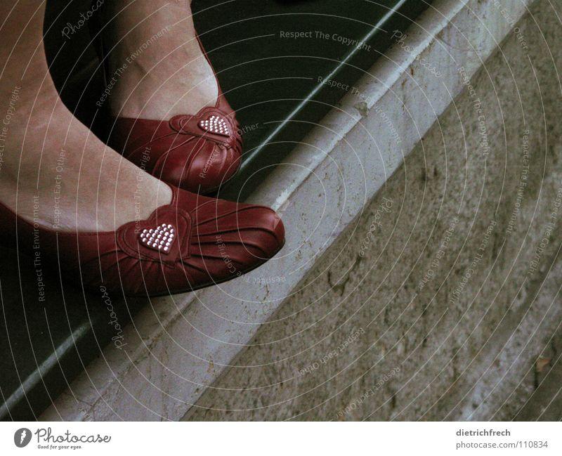 16 Jahr' Südostbahnhof rot grün grau zusätzlich stehen Am Rand Schuhe springen unsicher Ecke Haus Fassade dunkel Strukturen & Formen glänzend Laufsteg Liebe