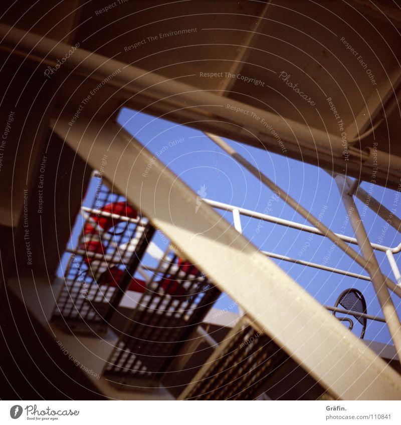 Oberdeck Wasserfahrzeug Fähre Lochblech Rettungsring Sonnendeck taumeln fahren Wellen Gischt festhalten Wellengang weiß rot Schifffahrt Sitzgelegenheit Hafen