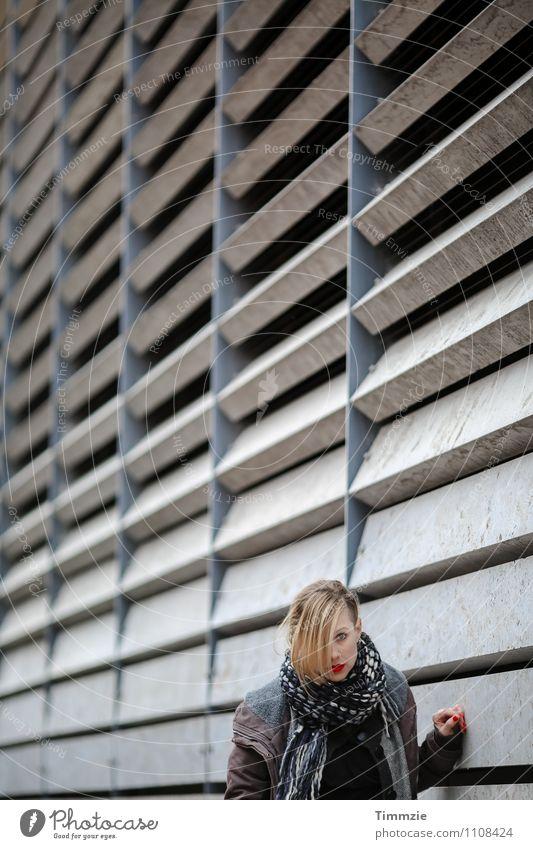 few shades of grey Mensch Jugendliche Junge Frau Erotik Wand Architektur feminin Mauer grau Fassade Stadtleben Perspektive ästhetisch Beton Industrieanlage Lippenstift