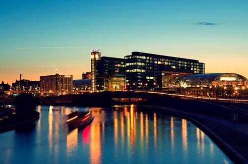 Berlin Hauptbahnhof Stadt Architektur Deutschland Wasserfahrzeug Eisenbahn Fluss Skyline Stahl Station Bahnhof Glasfassade Spree Pünktlichkeit Lehrter Bahnhof