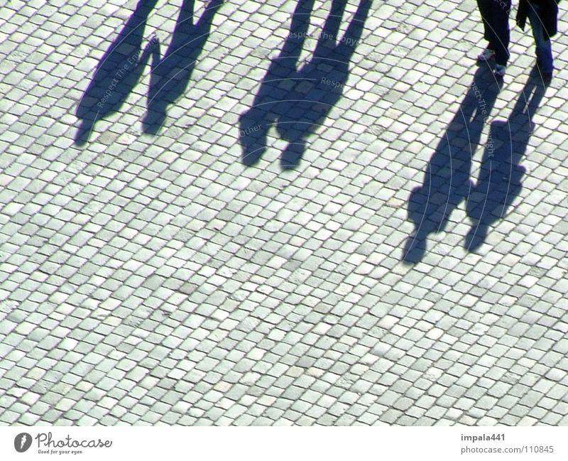 schattendasein III schwarz Menschengruppe Stein Paar Beine gehen laufen Platz paarweise Kommunizieren Spaziergang Dresden Bürgersteig Kopfsteinpflaster