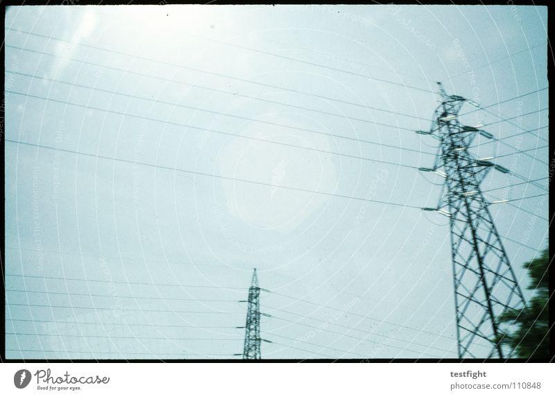 outside Kabel Elektrizität Reflexion & Spiegelung Himmel Autobahn Bewegungsunschärfe körnig Licht Sonnenlicht Schönes Wetter Industrie wire blau aus dem fenster