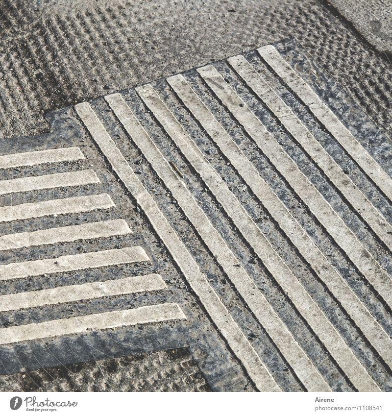 Straßenstriche Beton Zeichen Linie Streifen Punktmuster eckig grau Stadt parallel bewegungslos streng Farbfoto Gedeckte Farben Außenaufnahme Strukturen & Formen